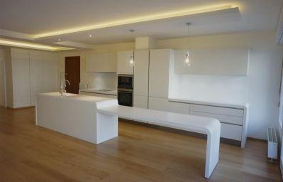 735911-cuisine-design-et-contemporaine-cuisine-blanche-avec-grand.jpg